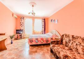 Руалин - Номер студия на 3-4 человека выполненный в абрикосовых тонах, на 3-м этаже трёхэтажного дома